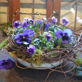 1. Stoere zinken bak vol voorjaarsbloeiers en takken  € 19,50 (35 cm)