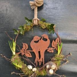 5. Met bolletjes versierde ring met vogelpaartje € 17,50 (30 cm)