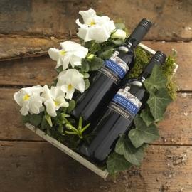 Rechthoekig dienblad met seizoensbloemen en twee flessen   € 21,50